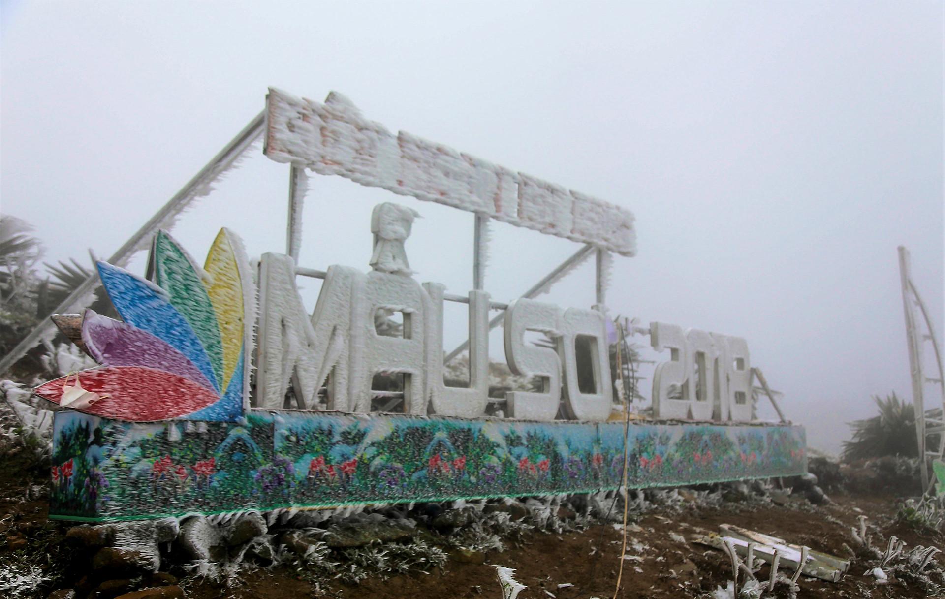 Băng tuyết trắng xóa đỉnh Mẫu Sơn