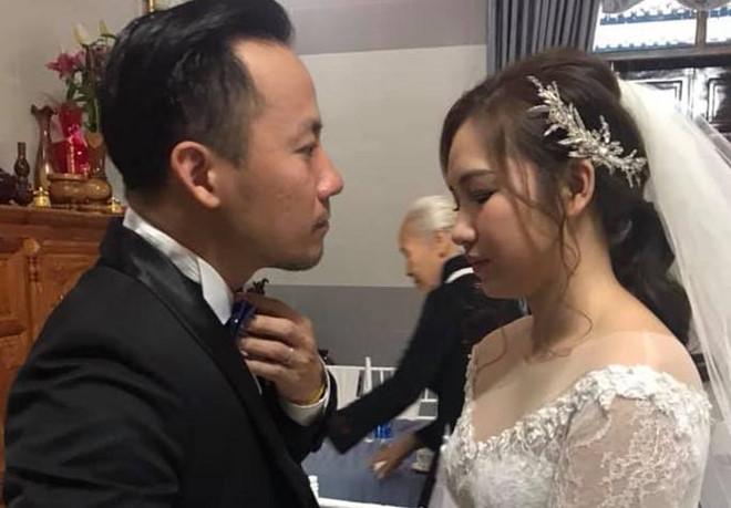Đinh Tiến Đạt hạnh phúc bên cô dâu trẻ trong lễ cưới