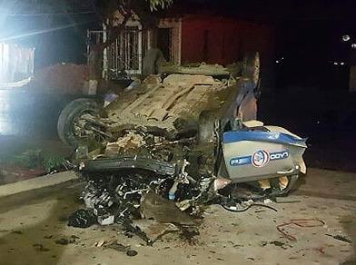 Taxi tông xe máy rồi lật úp, 3 thanh niên tử vong