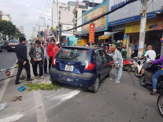 Mượn xe của con chạy thử, người đàn ông 66 tuổi tông hàng loạt xe máy