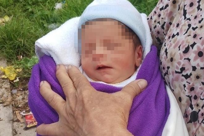 Hơn 100 người muốn nhận nuôi bé gái bị bỏ trong túi xách ở Cà Mau