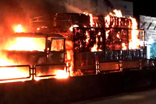 Ô tô tải bốc cháy ngùn ngụt trong đêm, tài xế bung cửa thoát thân