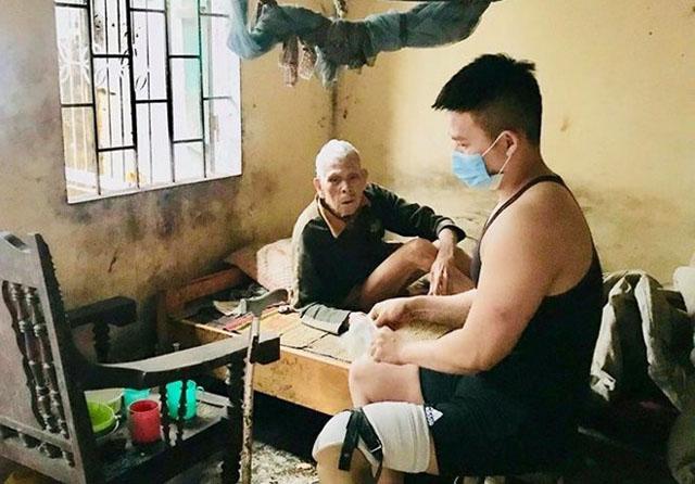 Thanh niên một chân chăm sóc cụ già tàn tật neo đơn và loạt ảnh khiến bạn rơi nước mắt