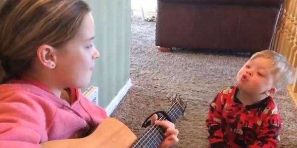 Khoảnh khắc xúc động cô bé đàn hát cho cậu em trai 2 tuổi bị Down