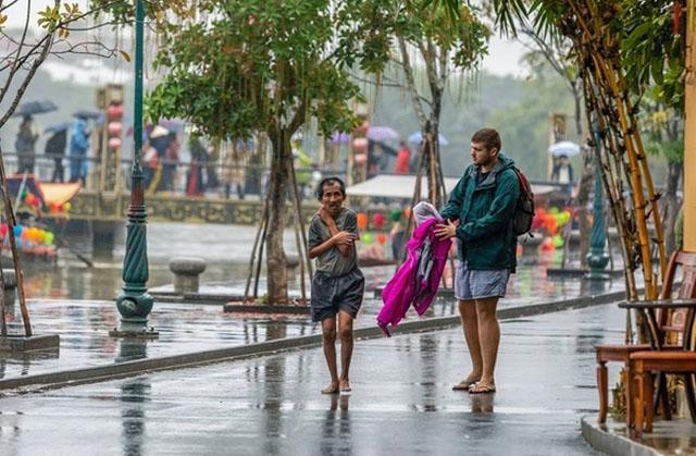 Vị khách nước ngoài mang tình người ấm áp đến Việt Nam