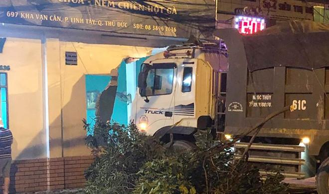 Xe tải đâm vào nhà dân giữa khuya ở Sài Gòn