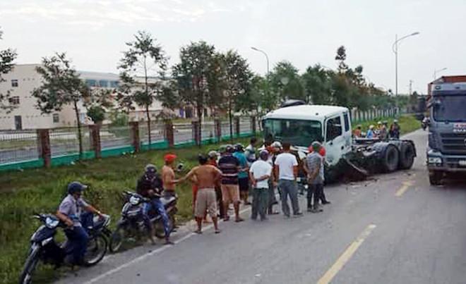 Ô tô chở hiệu trưởng bị xe container tông gần cổng trường