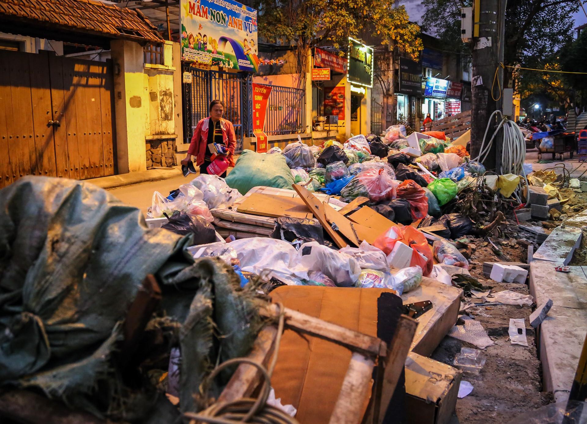 Rác thải ứ đọng chất đống chưa từng thấy ở Hà Nội