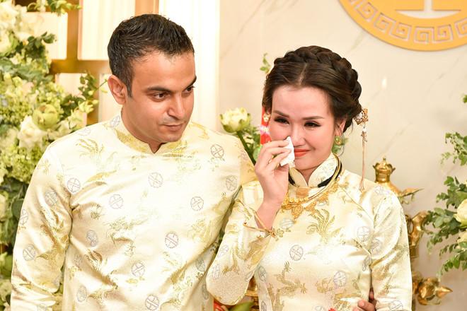 Võ Hạ Trâm bật khóc bên chú rể Ấn Độ trong lễ rước dâu
