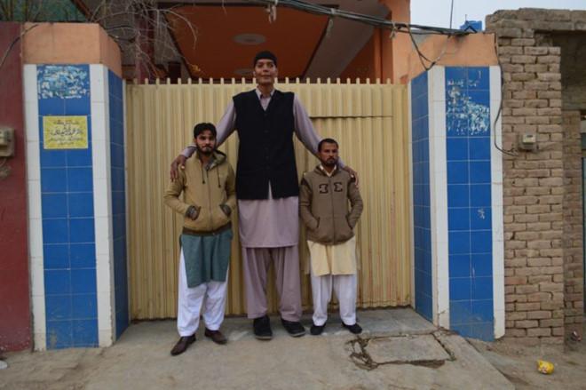 Chàng trai 23 tuổi không thể tìm người yêu vì cao 2,43 m