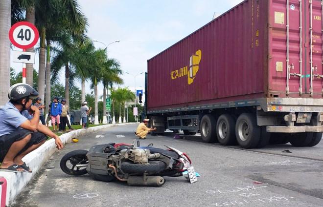 Hai mẹ con thoát chết khi bị 'hung thần' container kéo lê