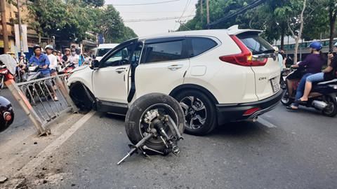 Tông dải phân cách, Honda CR-V rớt bánh ở Sài Gòn