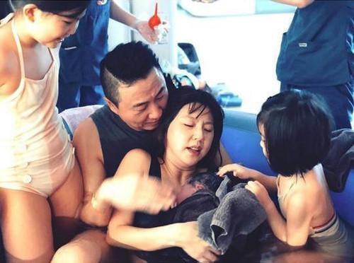 """Mỹ nhân """"Kim Sam Soon"""" khoe khoảnh khắc sinh con thứ 3 dưới nước"""