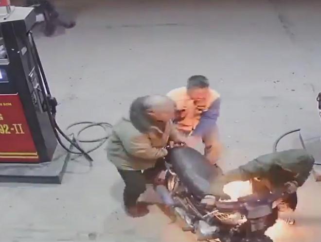 Nam thanh niên bật lửa soi bình giữa cây xăng, lửa bén, xe cháy rụi