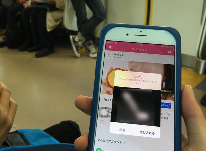 Trò quấy rối tình dục qua iPhone trên tàu điện tại Nhật Bản