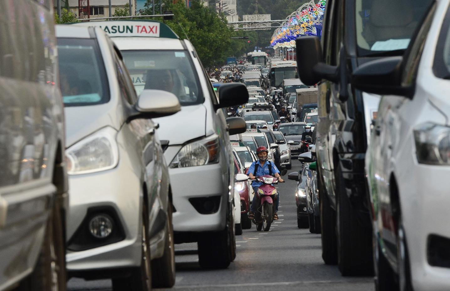 Kẹt xe khắp các ngả vào sân bay Tân Sơn Nhất dịp cận Tết