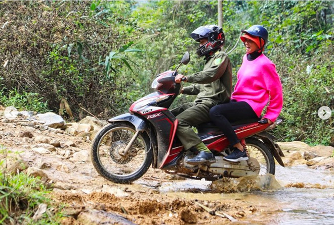 Dân mạng quốc tế khen ngợi ảnh H'Hen Niê đi xe máy đón Tết ở Sơn La