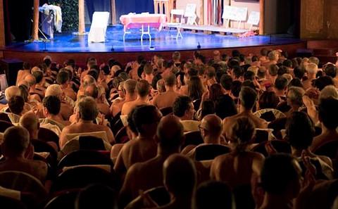 Hàng trăm khán giả khỏa thân xem kịch nude tại Pháp