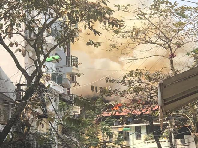 Căn nhà 4 tầng bốc cháy khi chủ nhà đang làm lễ cúng Táo quân