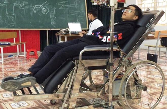 Hai nam sinh chế giường đa năng cho người mất khả năng vận động