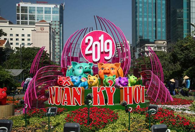 Đàn heo linh vật đủ màu sắc ở đường hoa Nguyễn Huệ trước giờ khai mạc