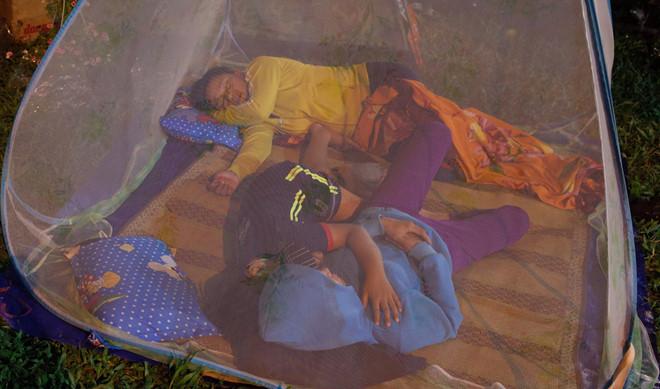 """Giấc ngủ """"dã chiến"""" của người bán hoa miền Tây tại Sài Gòn"""