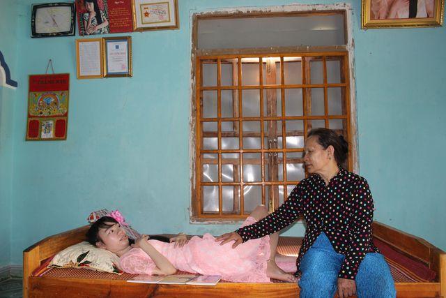 Cô gái trẻ bị bại liệt cho ra đời 3 tập thơ được nhiều người đón đọc