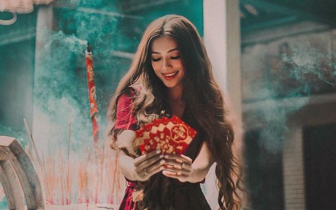 """""""Hot girl tóc mây"""" gốc Việt đi lễ chùa ngày đầu năm ở Trà Vinh"""
