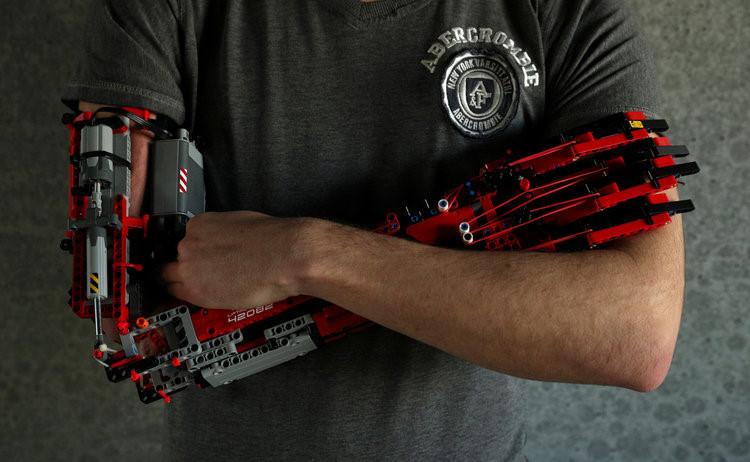Sinh viên tự chế cánh tay robot từ LEGO, dùng được như tay thật