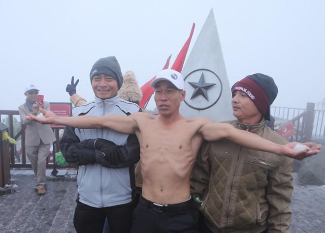 Cởi trần nghịch tuyết, thách thức giá lạnh trên đỉnh Fansipan