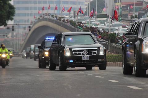 """Đoàn xe """"quái thú"""" của Tổng thống Trump trên đường phố Hà Nội"""