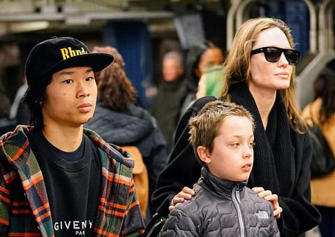Phớt lờ tin đồn có tình mới, Angelina Jolie lo chăm soc 6 người con