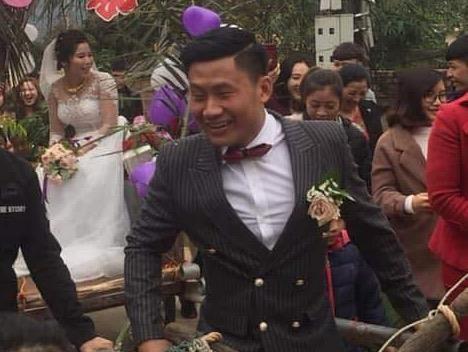Chú rể Bắc Giang tự kéo xe trâu chở cô dâu về nhà mình