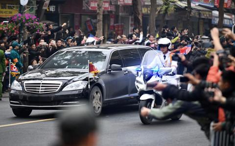 Người dân chào đón ông Kim Jong Un trên các tuyến phố Hà Nội