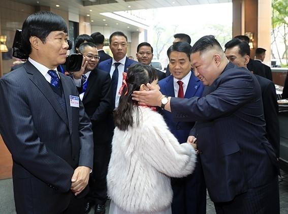 Bé gái 9 tuổi tặng hoa ông Kim Jong Un là học sinh ưu tú của trường