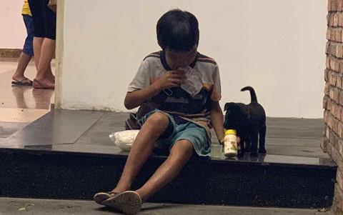 Cậu bé bán vé số chia sữa cho chú chó nhỏ và câu chuyện gây tranh cãi