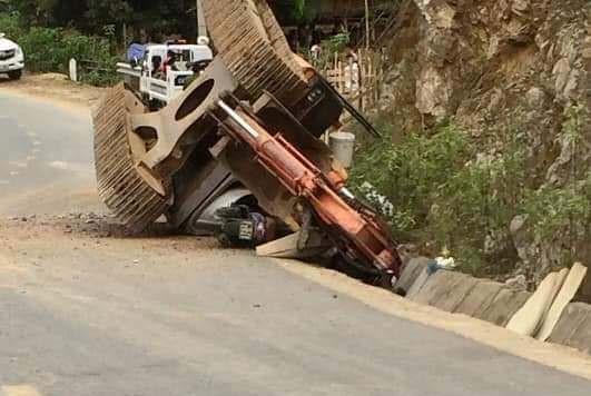 Máy xúc văng khỏi ôtô tải, đè chết người đi đường