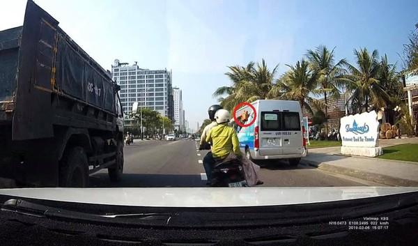 9X chở vợ ném gạch vỡ kính ô tô tải ép xe máy