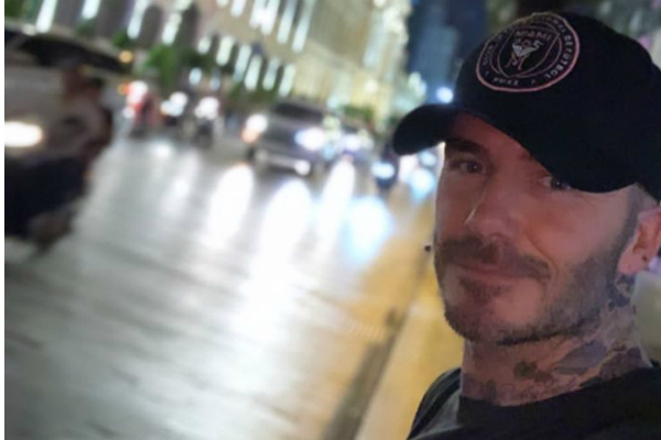 David Beckham khoe ảnh selfie trên đường phố Sài Gòn