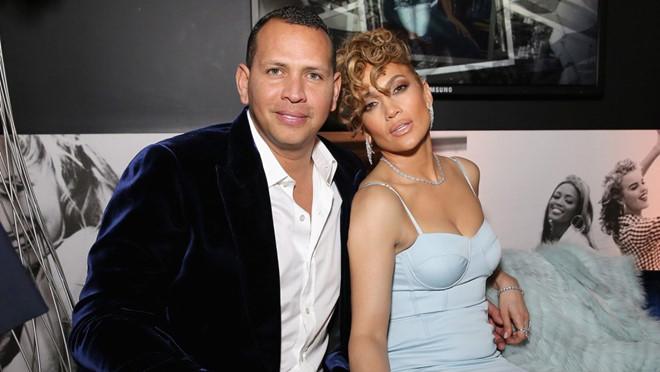 Jennifer Lopez đính hôn lần thứ 4 khi sắp 50 tuổi