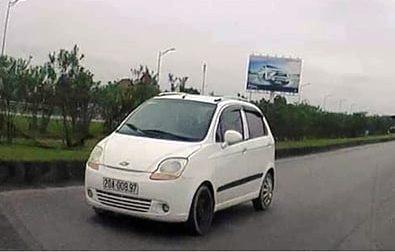 Truy tìm ô tô ngang nhiên đi ngược chiều trên cao tốc