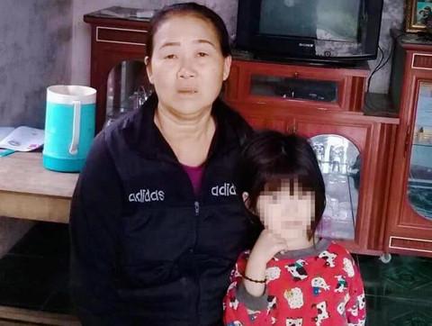 Cho bé gái ăn cơm, người phụ nữ bị đánh vì nghi bắt cóc