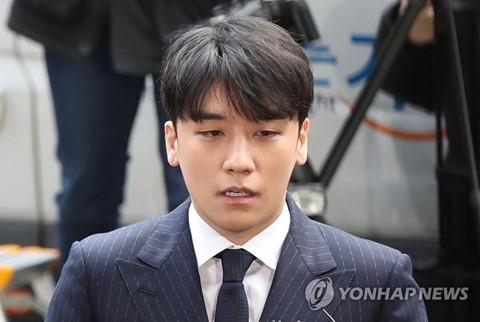Seungri xuất hiện, cúi đầu xin lỗi khi đến trình diện tại sở cảnh sát