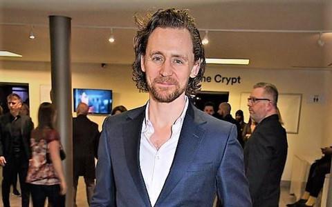 Tom Hiddleston râu ria xồm xoàm, xuống sắc thảm hại