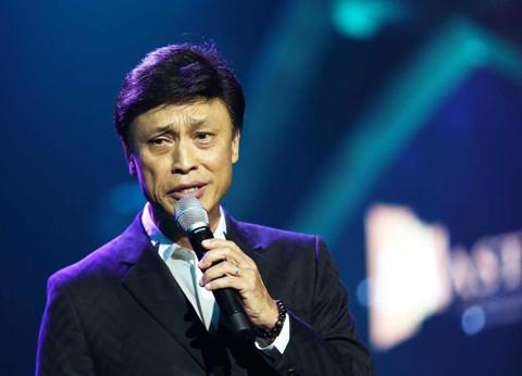 """Danh ca Tuấn Ngọc: """"Không hiểu vì sao giới trẻ Việt thích nhạc Hàn"""""""