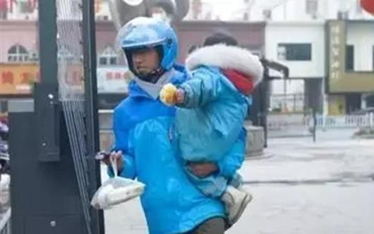 Bé gái 3 tuổi đi giao hàng cùng cha mỗi ngày bất kể nắng mưa