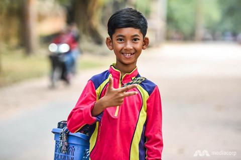 Cậu bé bán rong nói 16 thứ tiếng và chuyện đổi đời nhờ mạng xã hội