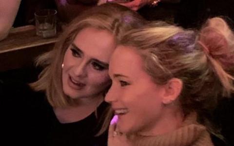 Adele và Jennifer Lawrence vui vẻ tại bar dành cho người đồng tính