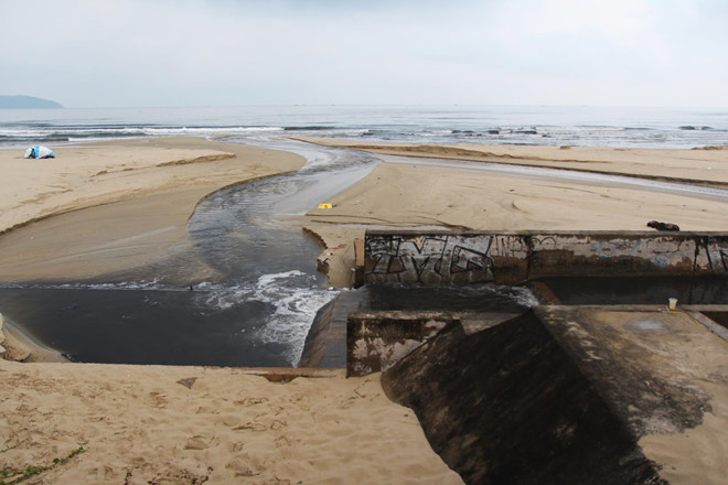 Nước thải đen ngòm, bốc mùi hôi xả thẳng ra biển Đà Nẵng