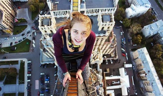 Rơi từ tầng 10 trong lúc selfie, thiếu nữ Nga thoát chết kỳ diệu